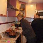 西村ミツルさんはスペインの調味料にも興味津々。