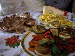 メインは羊、牛のステーキと焼き野菜にフライドポテト。